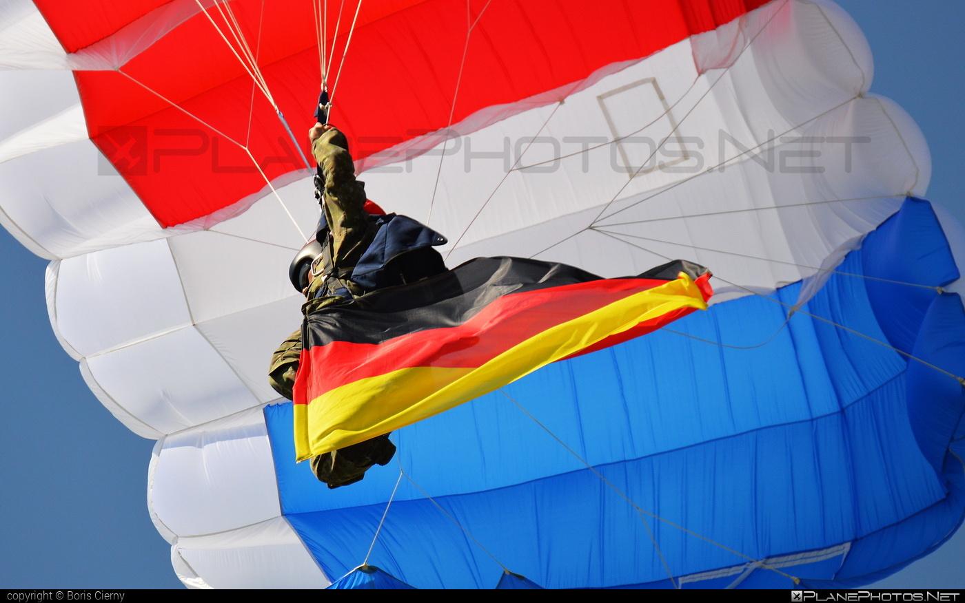 Parachute - No registration operated by Ozbrojené sily Slovenskej republiky (Slovak Armed Forces) #ossr #ozbrojenesilysr #slovakarmedforces
