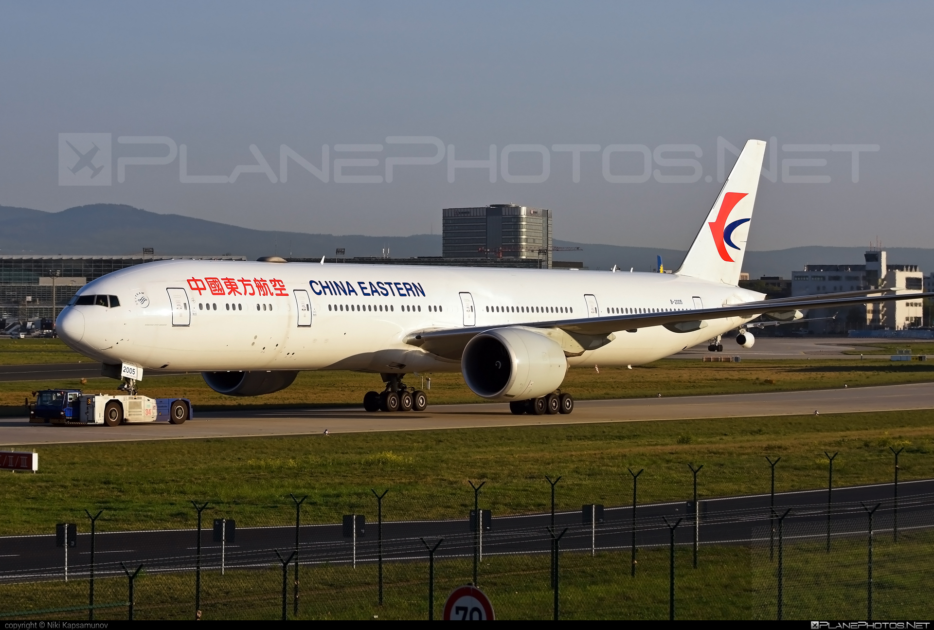 Boeing 777-300ER - B-2005 operated by China Eastern Airlines #b777 #b777er #boeing #boeing777 #chinaeastern #chinaeasternairlines #tripleseven
