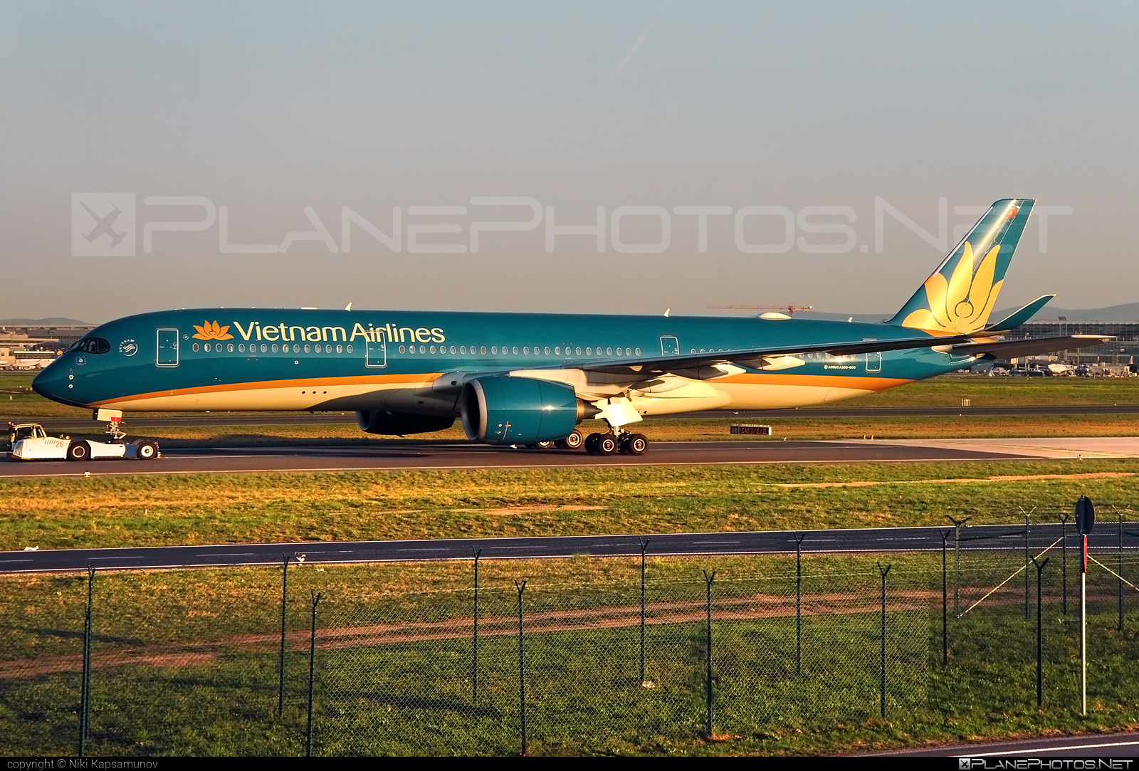 Airbus A350-941 - VN-A890 operated by Vietnam Airlines #a350 #a350family #airbus #airbus350 #xwb