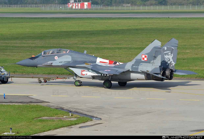 Mikoyan-Gurevich MiG-29UB - 15 operated by Siły Powietrzne Rzeczypospolitej Polskiej (Polish Air Force) #mig #mig29 #mig29ub #mikoyangurevich #polishairforce #silypowietrzne