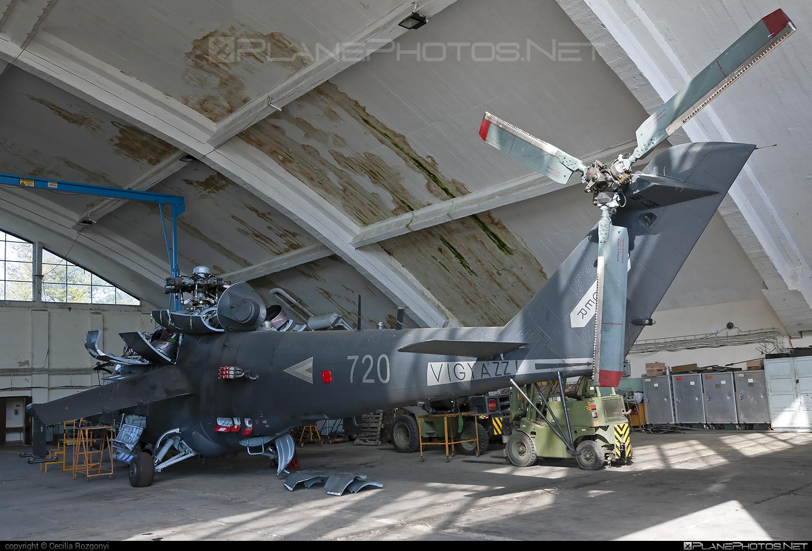 Mil Mi-24V - 720 operated by Magyar Légierő (Hungarian Air Force) #hungarianairforce #magyarlegiero #mi24 #mi24v #mil #mil24 #mil24v #milhelicopters