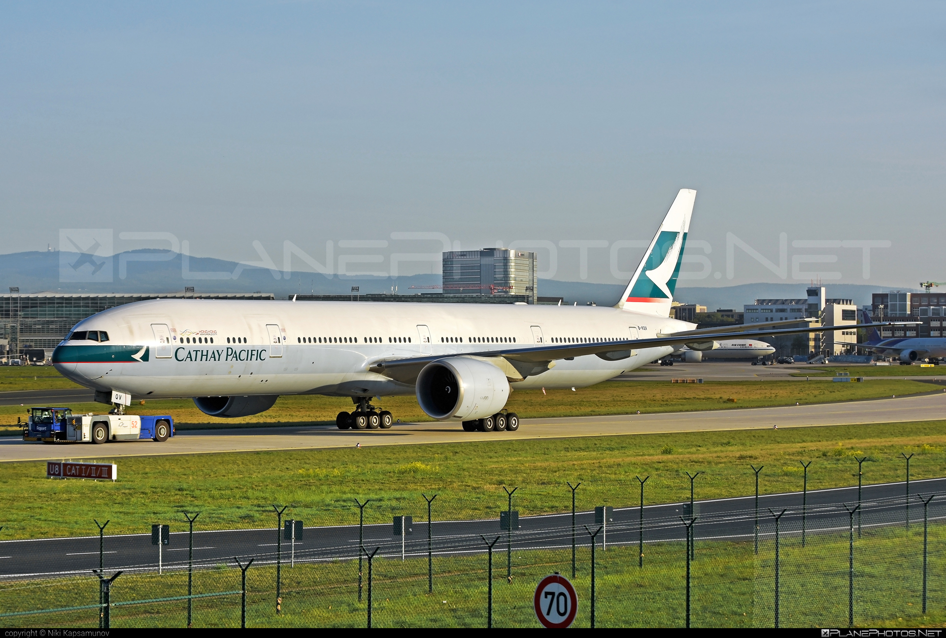 Boeing 777-300ER - B-KQV operated by Cathay Pacific Airways #b777 #b777er #boeing #boeing777 #cathaypacific #cathaypacificairways #tripleseven