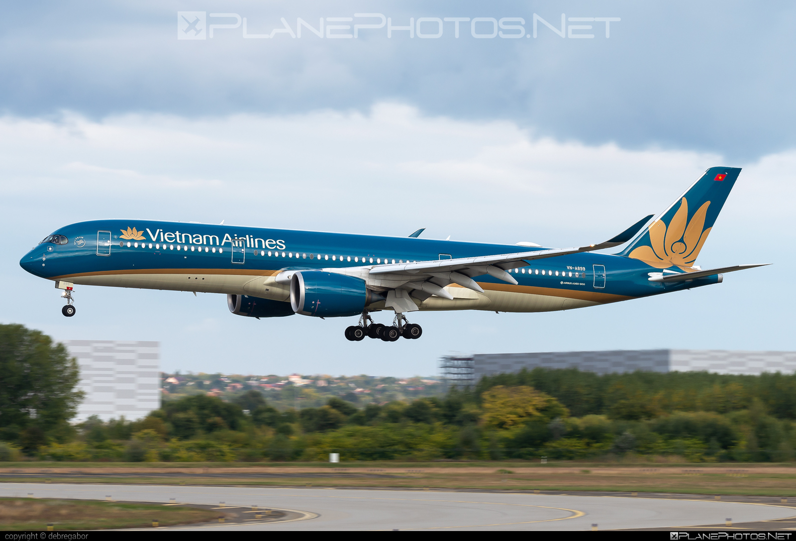 Airbus A350-941 - VN-A899 operated by Vietnam Airlines #a350 #a350family #airbus #airbus350 #xwb