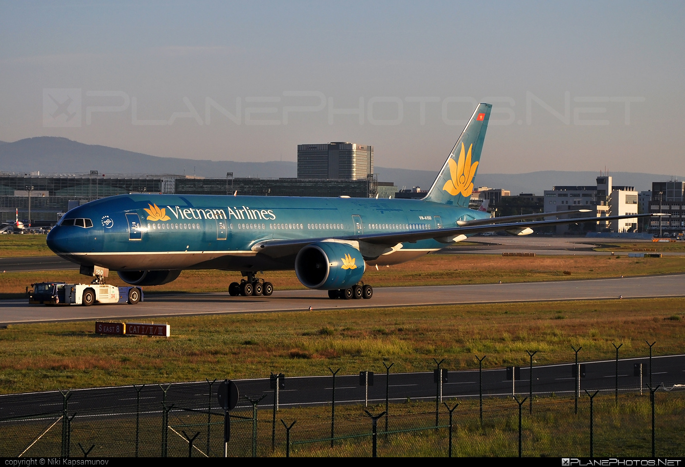 Boeing 777-200ER - VN-A150 operated by Vietnam Airlines #b777 #b777er #boeing #boeing777 #tripleseven