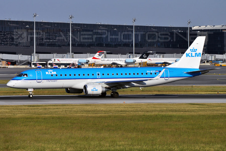 Embraer E190STD (ERJ-190-100STD) - PH-EZT operated by KLM Cityhopper