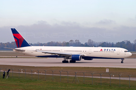 Boeing 767-400ER - N826MH operated by Delta Air Lines