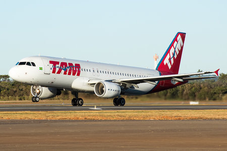 Airbus A320-214 - PR-MYT operated by LATAM Linhas Aéreas Brasil