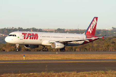 Airbus A321-231 - PT-MXC operated by TAM Linhas Aéreas