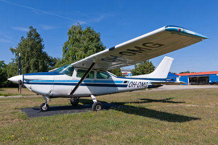 Cessna 182Q Skylane - OH-OMG operated by Oulu Skydive Center