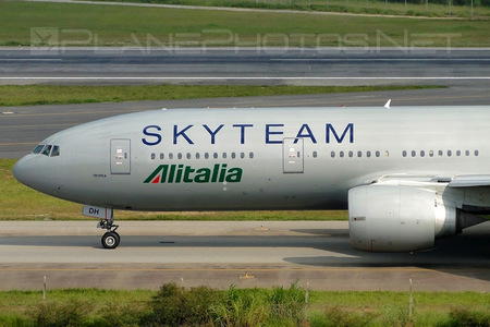 Boeing 777-200ER - EI-DDH operated by Alitalia