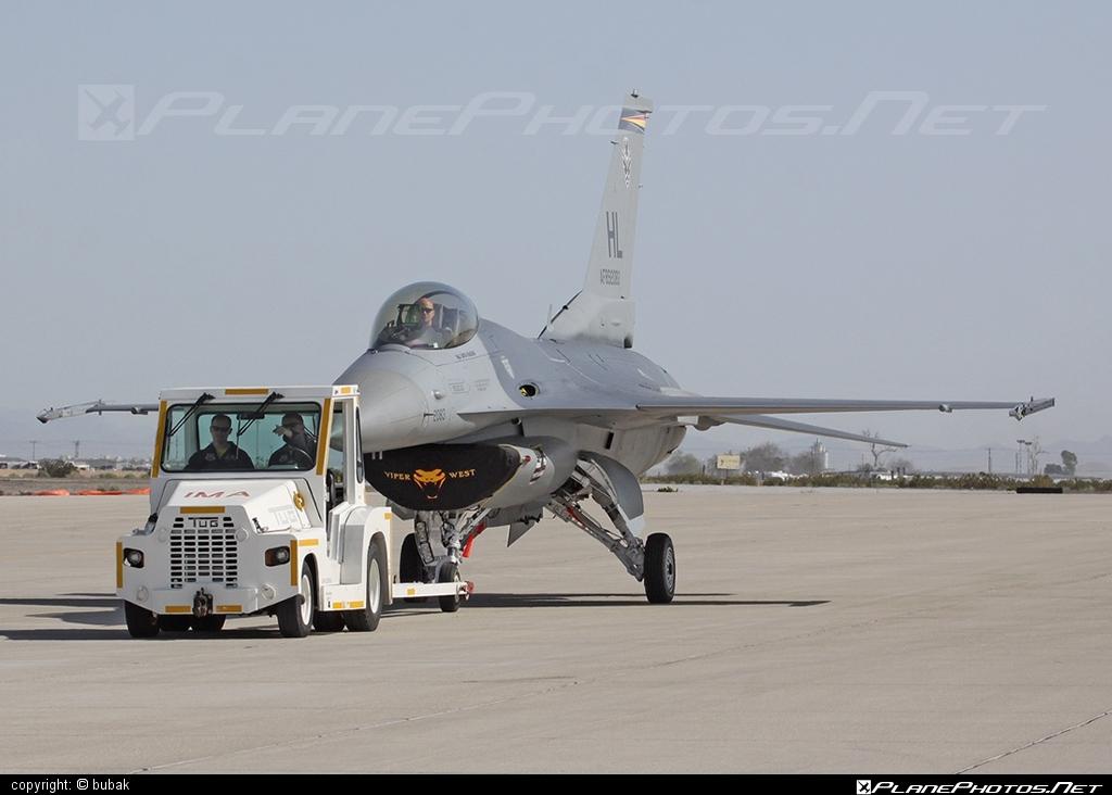 General Dynamics F-16CG Night Falcon - 89-2083 operated by US Air Force (USAF) #f16 #f16cg #generaldynamics #nightfalcon #usaf #usairforce
